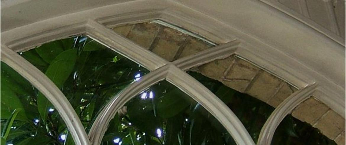 The windows of the main house are all fitted with lamb's tongue glazing bars of narrow 'lamb's tongue' (or arrow-head) moulding,a thinner sort of glazing bar that developed during the 18th century. These glazing bars are ¾ inch wide and 1 inch deep.